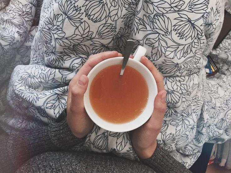 (Foto:© Isabelle Micul) 1. Tee trinken Draußen ist es kalt und grau und in deiner Wohnung ist immer das Licht an, weil du sonst so viel siehst, als hättest du morgens nicht mal deine Augen geöffne…