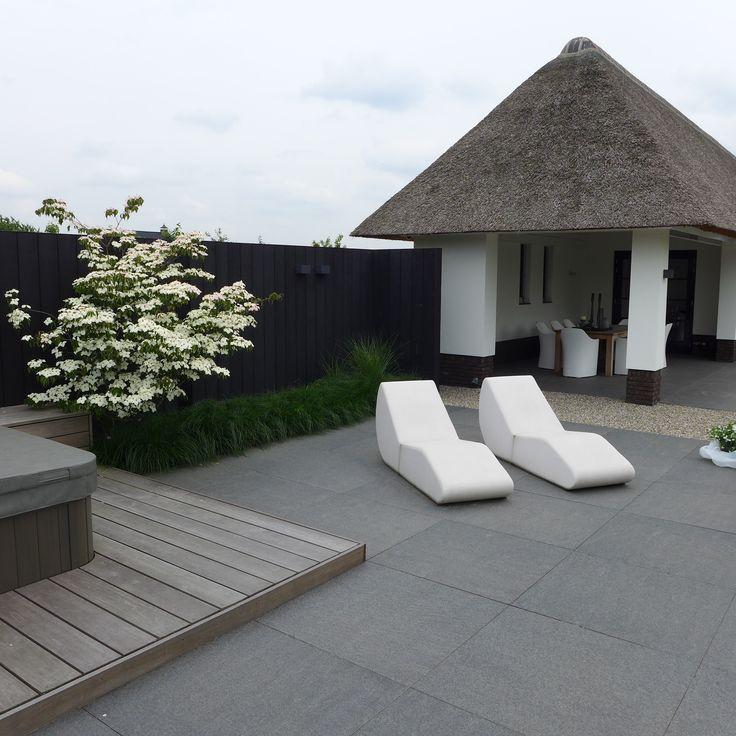 Moderne tuin Lounge bedden tuin - Jacuzzi - Houten vlonder - Boerderij rietenkap - terras tegels - strakke tuin tegels www.hendrikshoveniers.nl