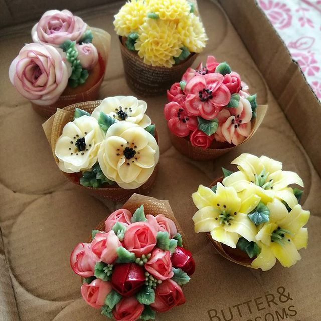 Little flower bouquet cupcakes. #buttercream #bouquets #buttercreamflowers #butterblossom #flowercakeclass #cupcakeflowers #pretty #cake #เค้กดอกไม้ #cupcakes #flowers #koreanbuttercreamflowerscake