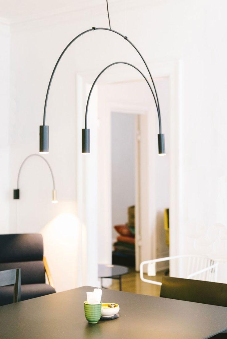 Jetzt bei Desigano.com Volta Hängeleuchte Leuchten, Hängeleuchten von Estiluz ab Euro 735,00 € Volta Hängeleuchte mit einem gebogenen Metallkörper, Köpfe aus Aluminium und einer zylindrischen Acryl-Abdeckung Linse (PMMA). Transparente Nylon-Kabel.In der Höhe regulierbar.