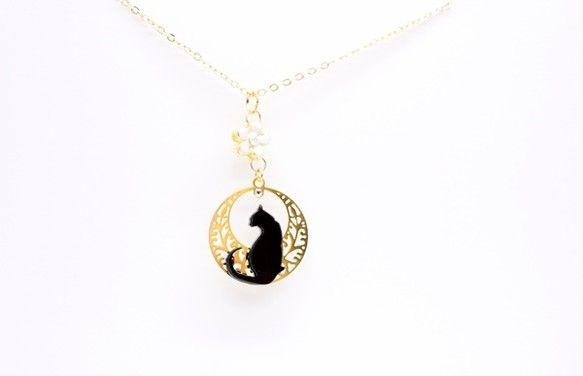 ♪猫ちゃんパーツは手作り♪我が家の愛猫がモデルの完全オリジナルの猫ちゃんシルエットパーツです。春らしい桜のチャームをつけた黒猫ちゃんネックレスです。ネックレスチェーンを短くすることも可能です。チェーンのカットをご希望の方は、ご購入前に「ネックレスチェーン○cm希望」と、ご希望の長さを表記の上ご連絡ください。~おススメの点~・猫パーツは手作りしているため市販では見つけられない猫グッズデザイン・どんな服にも出来るだけ合わせやすいように、華やかかつシンプルな猫アクセサリー。 ワントーンファッションに、ワンポイントとして合わせたら、可愛さアップ間違いなし!■size■猫の素材: アクリル金具:メッキチェーン(アジャスター付き):全長 約45〜50cm(チャーム部分のみ 全長3cm)☆必ずお読みください☆※※注文をお受けしてから、新たに商品を手作りしますので写真にのっている見本とは若干異なる場合がございます。あらかじめご了承ください。※一点一点手作りしているため、サイズや色などに多少の差や歪みなどがあります。その点をハンドメイド…