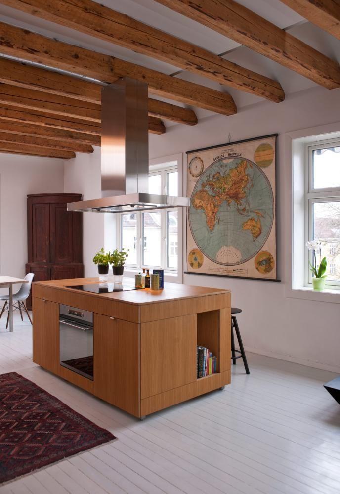 EKSPONERTE DRAGERE: Flere rom er blitt slått sammen for å danne ett stort allrom. Takbjelkene er blottet for å gi økt takhøyde som passer bedre til det nye rommets proporsjoner. Kjøkkenøya er designet av beboer og produsert av Stein Haanshuus på Røros.