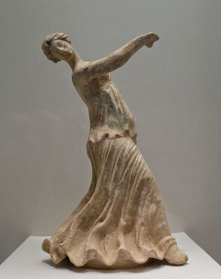 Ancient Greek terracotta figurine of a dancing woman from Centuripe, 2nd century BC - Palace of the Legion of Honor, San Francisco (California)