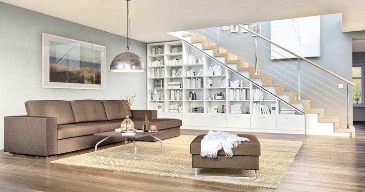 Das weiße Regal mit Schräge auf der rechten Seite, welches hinter einem gemütlichen Stoffsofa steht, passt perfekt unter die Treppe.