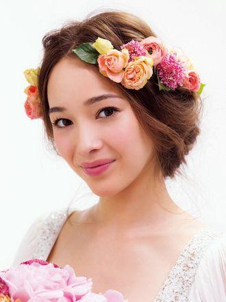 まるで春の女神!花冠ではなくコサージュを使った洗練スタイル♡ ウェディングドレスに合う春らしい髪型一覧。ウェディングドレス・カラードレス・花嫁衣装に合うヘアアレンジまとめ。