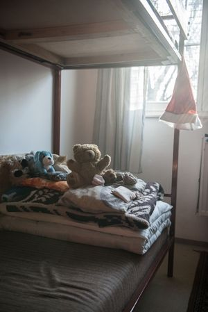 Újratervezés után sem képes megvédeni a gyermekvédelmi rendszer a kiskorúakat. Legalább ötvenezer, főként kistelepülésen élő veszélyeztetett gyerek maradt védtelenül, évente húszezer válik valamilyen – lelki, fizikai, szexuális – bántalmazás áldozatává. A szociális államtitkár korszakváltásról beszél, de ezen a területen a reformok nem működnek.