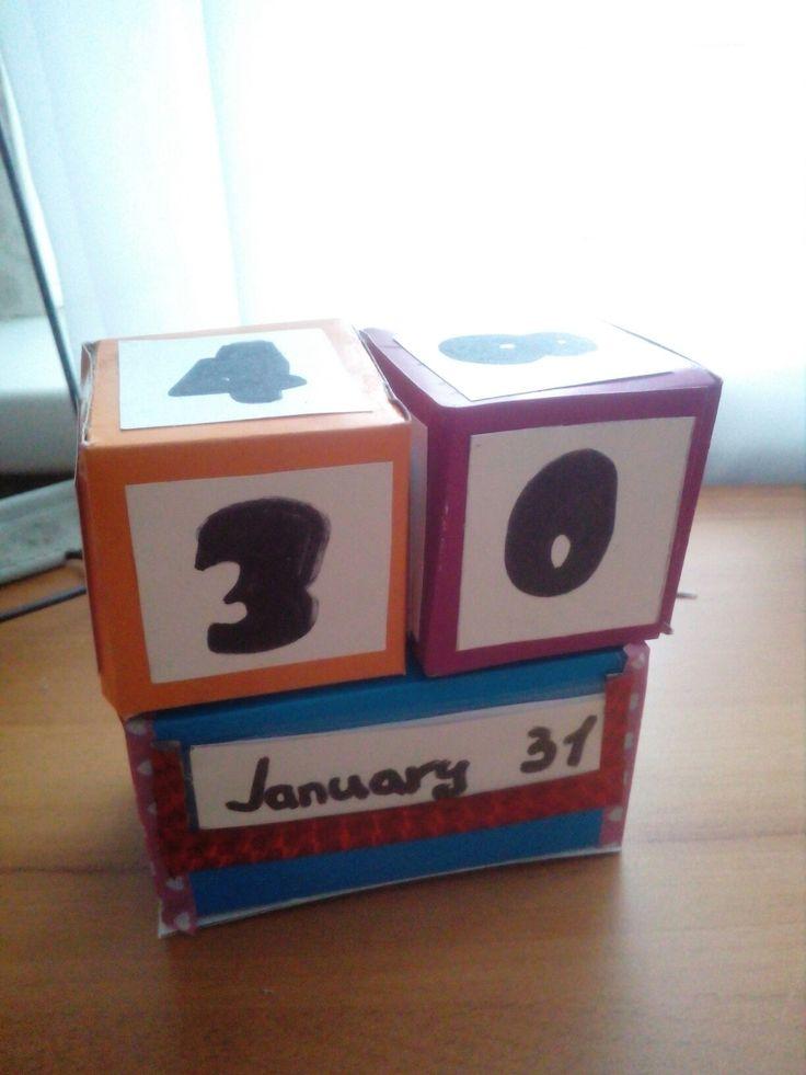 Календарь. Кубы и подставка из картона. Файл- Корман