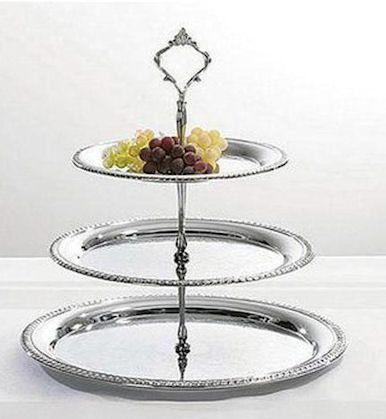 Spegelblanka serveringsfat blir ett klassiskt våningsfat på höjden med hjälp av kakfateriets kakfatspinnar.