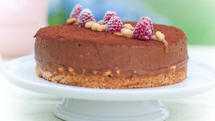 Sjokoladeostekake med peanøtter og karamell - Godt.no - Finn noe godt å spise