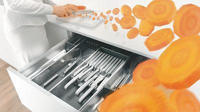 Praktické jsou plnovýsuvné spodní skříňky, ve kterých jsou přehledně uloženy všechny pomůcky pro vaření a stolování.