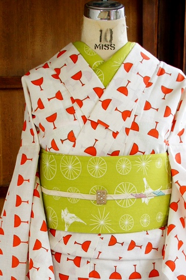 白地に水玉のように並んだオレンジのワイングラスがとびきりモダンでキュートな注染レトロ浴衣です。 this yukata has drinks all over it.