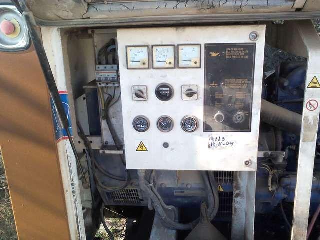 . Vendo generador de 100 kaveas, insonorizado, aguanta un taller de carpinter�a de 80 a 100 caballos trabajando al mismo tiempo, marca Perkins  a�o 1996  Vendo por 4500 euros