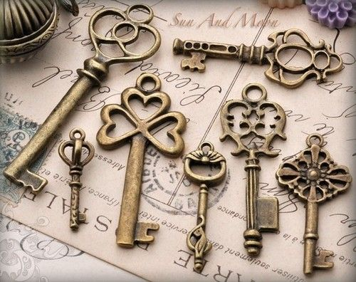 Vintage Style Key Set - 7 Unique Skeleton Keys in Antique Finish - Pendants and…