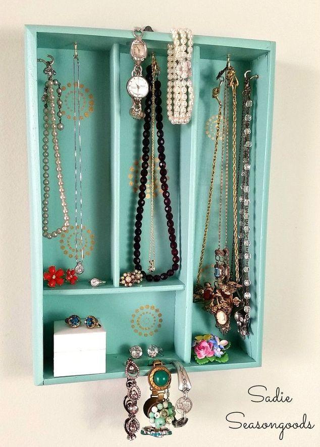 bandeja de prata virou exibição de jóias, artesanato, organização, redefinição de objetivos upcycling, idéias de armazenamento, decoração da parede