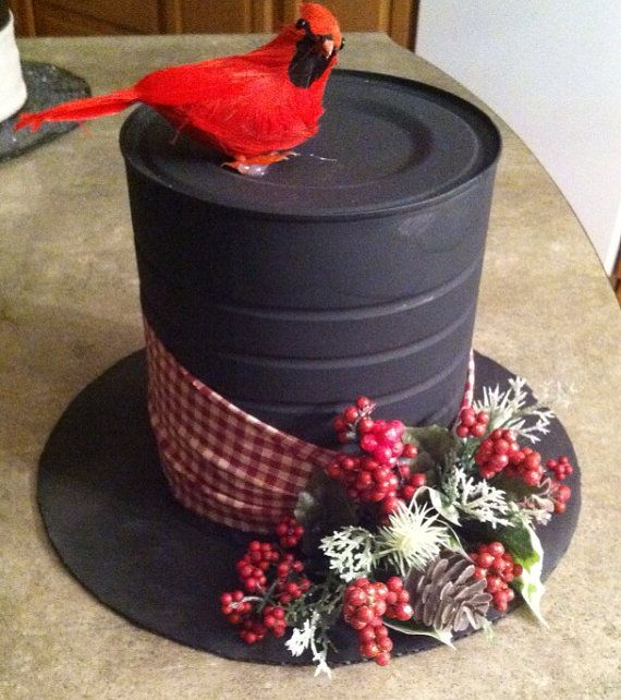 Coffee can snowman hat. Made from a painted tin can and felt, as far as I can see it. Nice diy idea! #christmas #craft #recycle