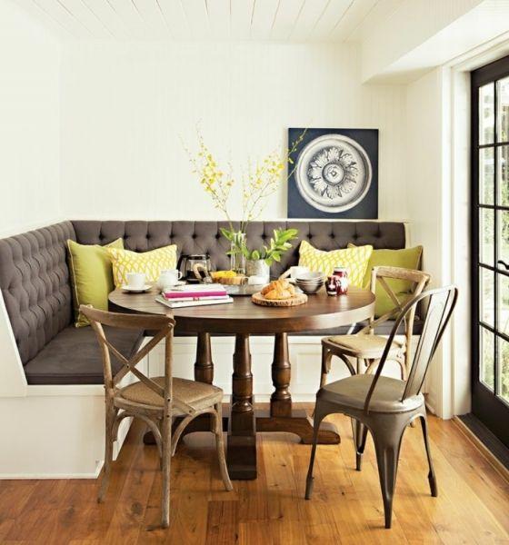Runder Tisch, umgeben von vintage Stühlen und praktischem Ecksofa