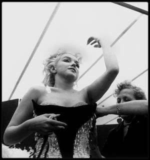"""30 Mars 1955 / En cet après-midi, Marilyn se rend à une séance d'habillage chez """"Brook's costume"""" à New-York, pour essayer et ajuster la tenue qu'elle portera le soir même, lors du gala de charité organisé par Mike TODD et le cirque """"Ringling Brothers Circus"""" au """"Madison Square Garden"""", au profit de la Fondation pour l'arthrose et les affections rhumatismales. Elle fit une entrée triomphale vêtue d'un collant très sexy brodé de paillettes et de plumes, sur le dos d'un éléphant peint en…"""