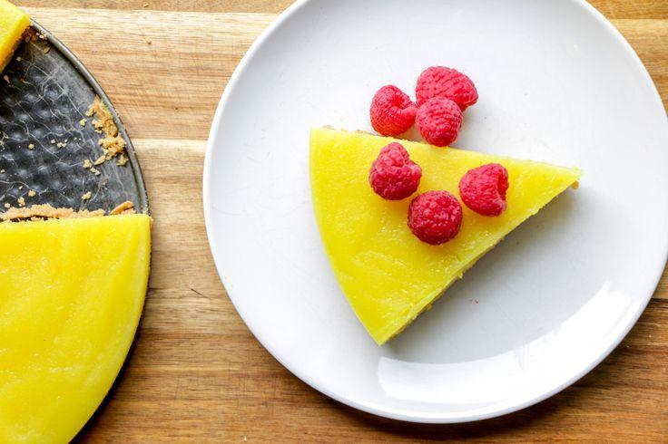 Tarte au Citron Vegan - J'ai travaillé fort pour développer une version végétalienne de mon dessert favori. C'est fait! Si vous êtes comme moi et que vous adorez le citron vous allez vous régaler c'est promis!Si vous aimez cette recette, vous aimerez certainement mon Gâteau aux amandes