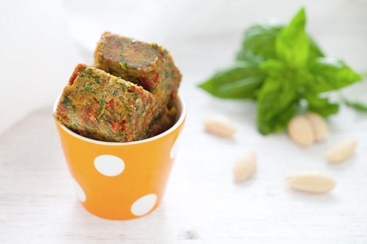 Preparate tutti gli ingredienti. Grattugiate il parmigiano reggiano. Trasferite nel boccale del mixer le mandorle, l'aglio, il basilico e i pomodori secchi.