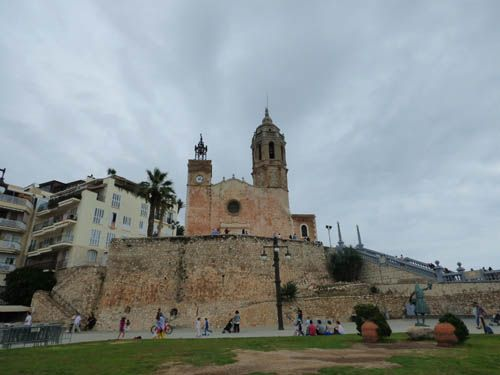 Igreja Sant Bartolomeu e Santa Tecla e a antiga muralha. #Sitges #Catalunha