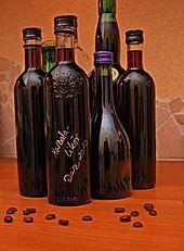 Ein sehr schöner und einfacher Likörwein zum selber machen!  Ich habe nur die halbe Menge gemacht und es etwas abgewandelt:  1 Fl. Rotwein trocken  1/2 Fl. Rotwein lieblich  1/4 Fl. Rum 54%  2 Vanilleschoten  30 Kaffeebohnen  250g braunen Teezucker  -  Sehr süffig und mild!  Viel Spaß beim selber machen und probieren!