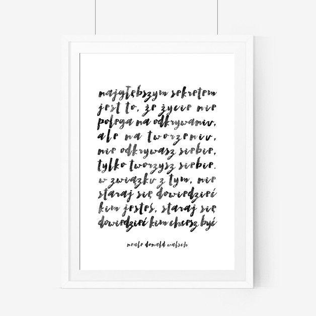 """Plakat typograficzny z inspirującym cytatem """"Najgłębszym sekretem jest to, że życie nie polega na odkrywaniu, ale na tworzeniu. Nie odkrywasz siebie, tylko tworzysz siebie. W związku z tym nie..."""
