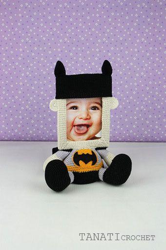 Ehi, ho trovato questa fantastica inserzione di Etsy su https://www.etsy.com/it/listing/482051780/photo-frame-batman-crochet-tutorial-pdf