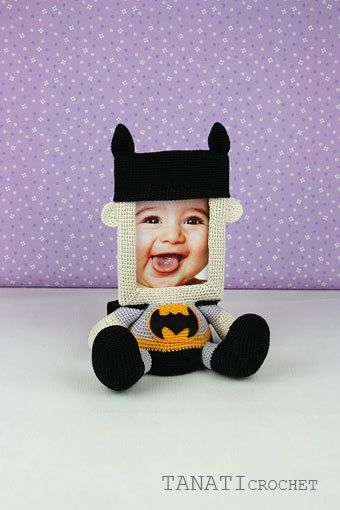Ehi, ho trovato questa fantastica inserzione di Etsy su https://www.etsy.com/it/listing/482051780/photo-frame-batman-crochet-tutorial-pdf