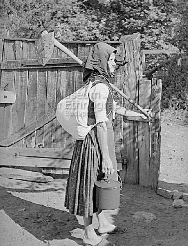 Kapálni induló asszony, Bodony 1955  (fotó Szolnoky Lajos)