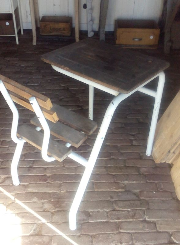 Vintage lessenaar met stoel.
