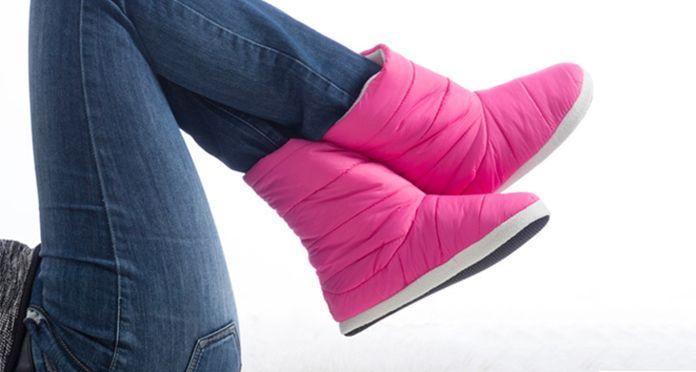 Idea regalo per lei. Stivali pantofole per donna con suola antiscivolo e interno in pelliccia. La soluzione trendy per avere i piedi al caldo in pieno relax.