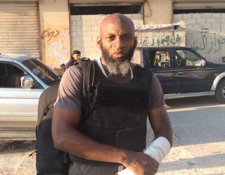 Aleppo Diambang Pembantaian Jurnalis Ini Sampaikan Pesan Perpisahan Syiahindonesia.com - Wilayah kontrol pejuang Suriah di Aleppo Timur yang dihuni puluhan ribu warga sipil kian terjepit membuat wartawan dari media One Ground News Bilal Abdul Kareem menyampaikan pesan-pesan terakhir. Dia berada di kota yang terkepung itu beberapa bulan terakhir berbaur dengan warga dan para pejuang Suriah untuk melakukan tugas jurnalistik.  Melalui video pendek yang diunggah ke internet dan dilansir…