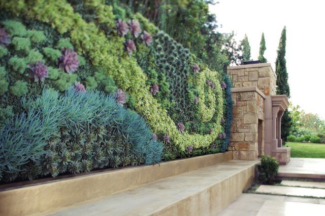 One of the more exciting living walls I've seen: Wall Art, Courtyards Gardens, Living Walls, Gardens Wall, Vertical Gardens, Flower Gardens, Gardens Art, Wall Design, Wall Gardens