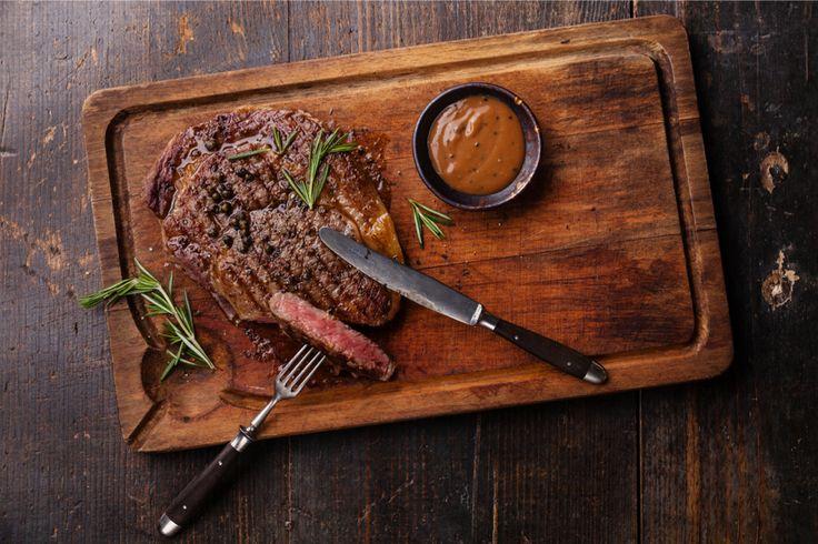Thuis een mooie entrecote of biefstuk bakken kan zó lekker zijn. En het wordt al helemaal een feestje als je er een homemade saus bij serveert. Maak dus zelf...