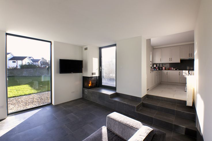 Tiled living area to corner fireplace on raised terrace, ©Paul Quinn
