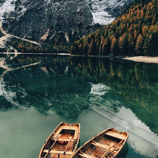 🌎Озеро Брайес   Южный Тироль   Италия.🇮🇹 Ставь лайк❤ Комментируй💬 Подпишись☑ 📝Брайес – альпийское озеро, расположенное в одноименной долине на высоте 1496 метров над уровнем моря, примерно в 97 км от городка Больцано в Южном Тироле, Италия. Этот удивительный водоем уже давным-давно признан красивейшим альпийским озером в регионе Трентино-Альто-Адидже и его ежегодно посещают тысячи туристов⛺ с разных уголков мира. Озеро Брайес является самым глубоким водоемом в Южном Тироле, и его…