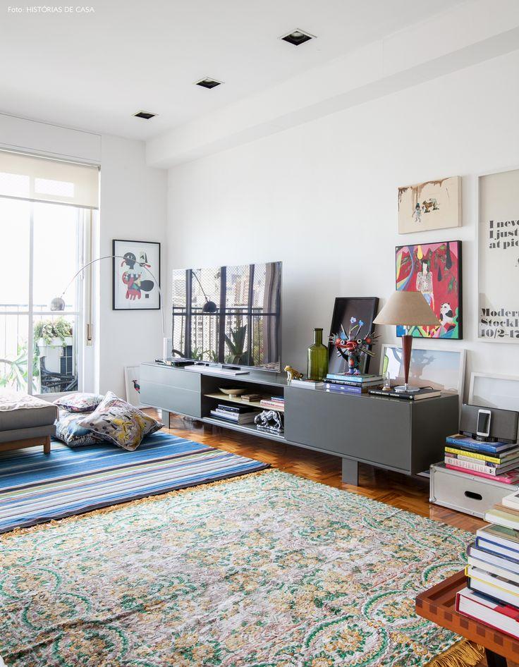Uso de dois tapetes estampados na decoração da sala de estar. Dica: sempre procure peças que tenham as mesmas cores ou se complementem.