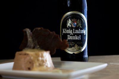 Mousse al cioccolato al latte e parmigiano con salsa di latte piccante e aria di birra König Ludwig Dunkel
