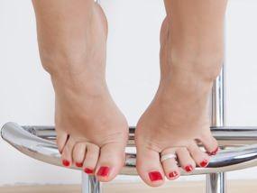 Cosa ne pensi di questo piedino sexy con smalto rosso? #feet #piede #sexy