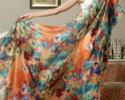 Kvalitný a originálny hodvábny šál, ktorého krásu zvýrazňuje jeho jednoduchá farebnosť