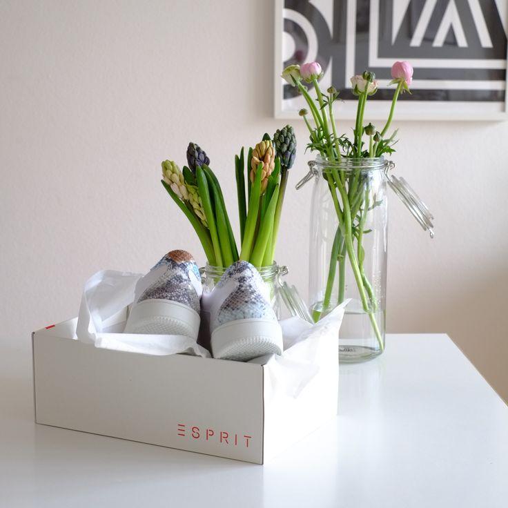 Weiße Sneaker von Esprit mit Animal-Print Detail für den Frühling, ich bin verliebt! Dazu noch einen Trenchcoat, Jeans und Streifenshirt! Die Sneaker habe ich gefunden bei www.esprit.com
