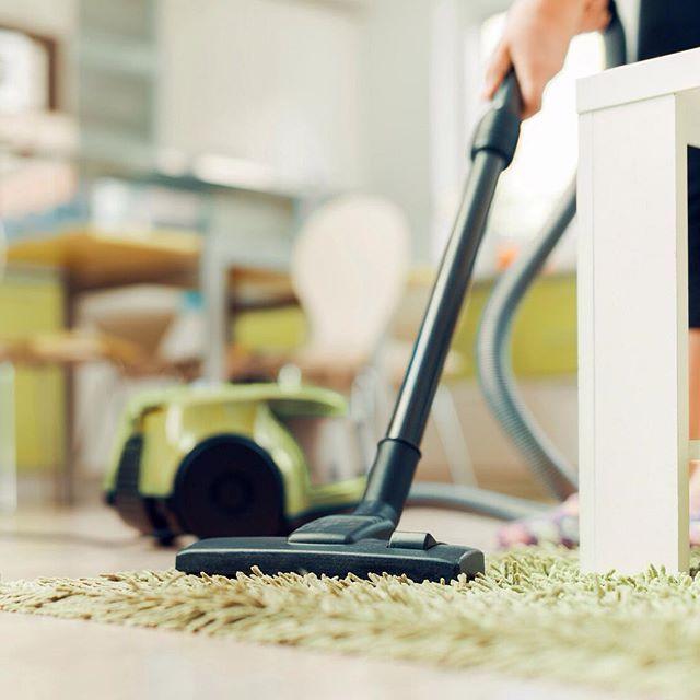 Teppiche müssen viel aushalten. Mit wenig Aufwand kann man die Lebenszeit des Teppichs ganz einfach verlängern. Hier paar Tipps: 1. Feuchtigkeit vom Teppich fernhalten und den Raum regelmäßig lüften 2. Den Teppich regelmäßig saugen 3. Den Teppich immer wieder mal drehen und wenn möglich sogar wenden 4. Eine Teppichunterlage schützt den Teppich von Beginn an #Teppichcenter24 #Teppichpflege #TeppichReinigen #TeppichGünstigKaufen #TeppichOnlineKaufen #onlineshopping #home #living #dekoration