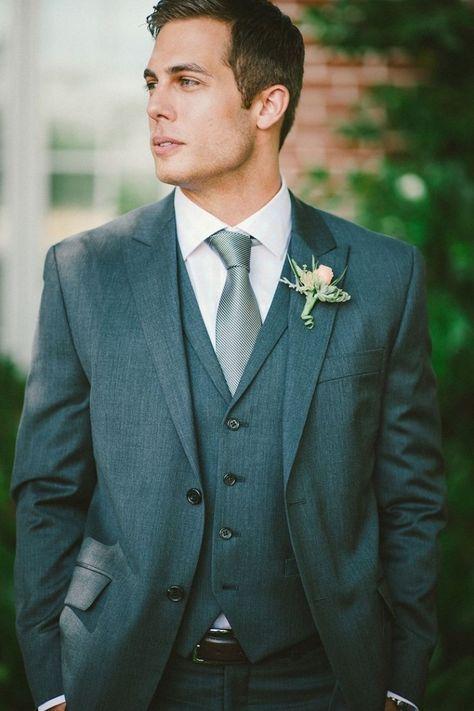 Terno cinza escuro, ideal para casamentos em fins de tarde. Post completo sobre o traje do noivo no blog: http://www.todadecoracao.com/roupa-noivo/
