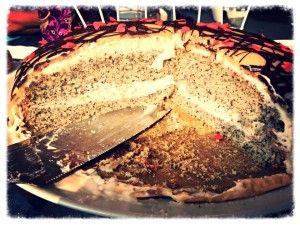 Zum Geburtstag meiner Mami gab es eine ganz tolle Torte! Das war das erste Rezept, das ich mir veganisiert habe, weil ich diese Torte immer so gerne gegessen habe :) Zutaten: [three_columns_one] Fü...