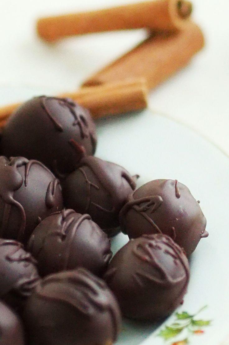 Raw Christmas spiced chocolate tryffles. You can find the recipe at Karita Tykkää blog.  http://www.iltasanomat.fi/hyvaolo/art-1449112788017.html