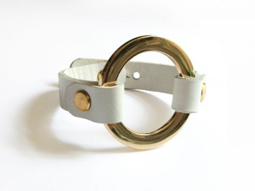 Braceletwhite leather with golden ring