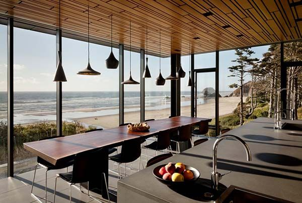 Minimal glass and steel structure on Oregon Coast: 360 House