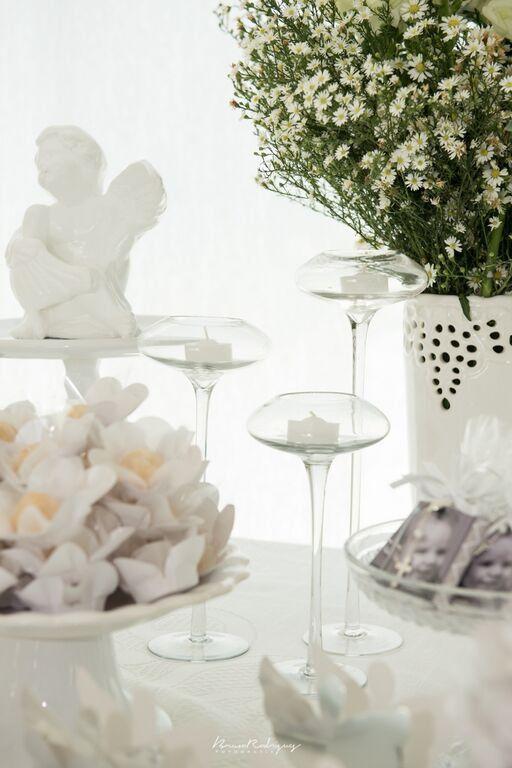 Com simplicidade, transformamos esse batizado em uma evento lindo e mágico.  A mamãe queria tudo branco...então conseguinos unir o branco, vidros, porcelanas e