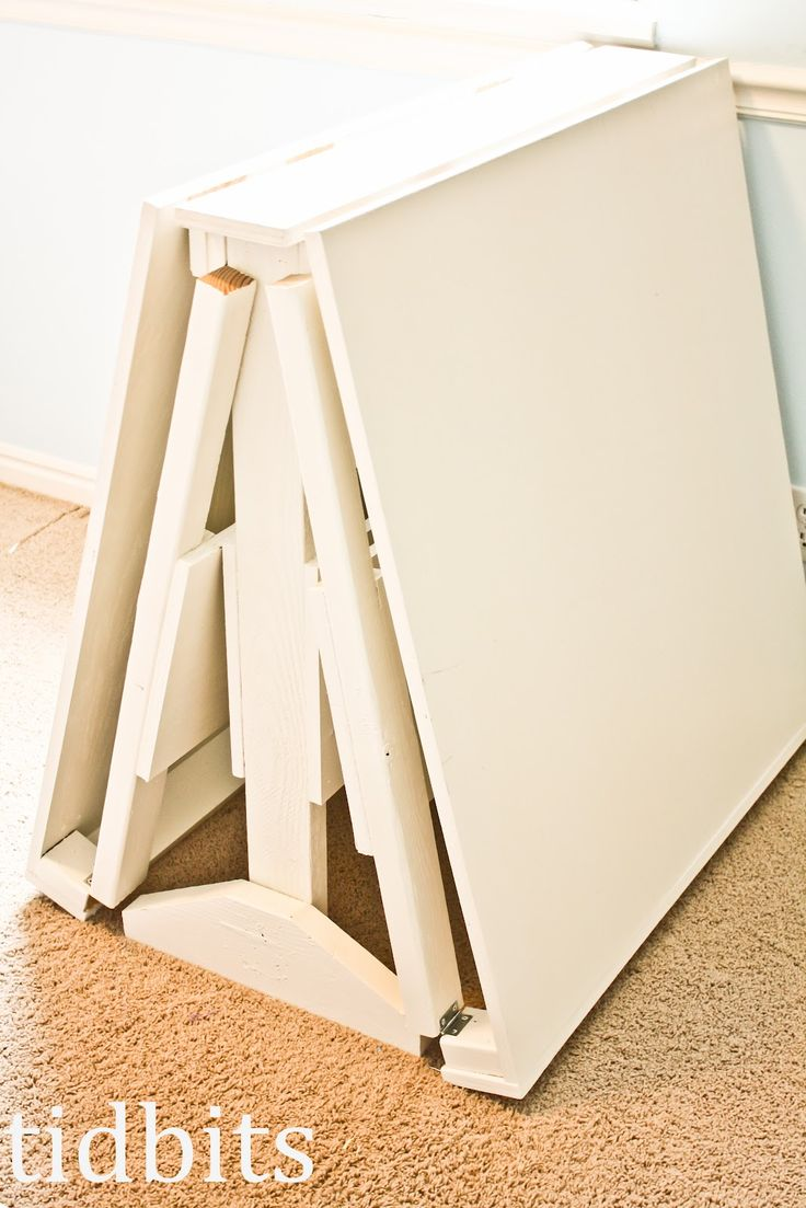 DIY Collapsing Craft Table! I've died and gone to heaven! I NEED this...NOW! #DIY #Furniture