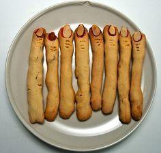 Questa ricetta utilizza dei semplici biscottini di pasta frolla, che possono preparare anche i bambini, e li trasforma in spaventosi dita di strega con l\'aiuto della fantasia e di mandorle che fungono da unghie.